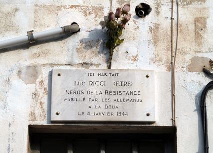 Plaque en l'honneur de Luc Ricci, fusillé par les nazis (41, rue Fontanières)